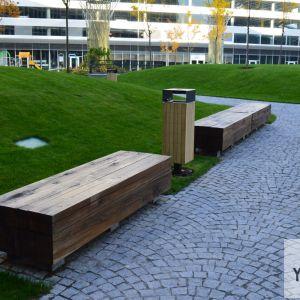 Architekti zvolili viacero typov mobiliáru (sedení), umožňujúcich viacero typov využitia.