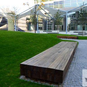 Široká lavička umožňuje sedenie aj ležanie.
