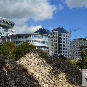 CityPark Ružinov v pozadí, v popredí pllocha, kde vyrastie projekt Discovery Tower.