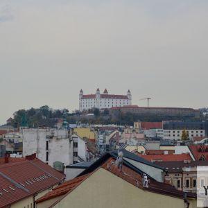 Pohľady prirodzene priťahuje Hrad, týčiaci sa ponad staromestské strechy.