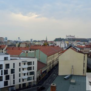 Pohľad na centrum a Mickiewiczovu ulicu. Developer pripravuje v blízkej budúcnosti zmeny, ktoré by mali viesť k ukľudneniu a zlepšeniu Mickiewiczovej.