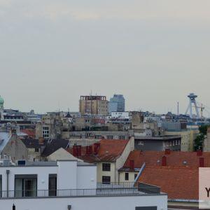 Prvá výšková budova v Bratislave, Manderla, bola súčasníkmi kritizovaná podobne ako dnešné výškové budovy. Išlo však o prvý symbol toho, že Bratislava sa chcela profilovať ako ambiciózne mesto, hľadiace do budúcnosti namiesto minulosti.