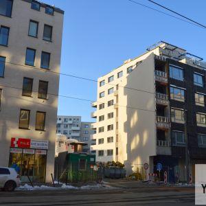 Medzi Blumentalom a starším projektom Nová Mýtna vznikla aj takáto zbytočná prieluka. Developer Corwin sa údajne snažil pozemok získať, no majiteľ - mesto Bratislava - žiadosti nevyhovel. Plány mesta s týmto pozemkom nie sú známe.