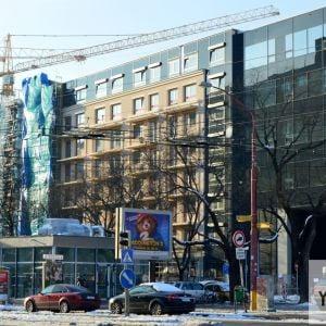 Druhá fáza rezidečnenj časti Stein2 vzdialene pripomína bytovku v štýle socialistického realizmu - a to je pochvala.