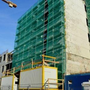 Prvá takmer dokončená časť fasády sa už odhaľuje za lešením