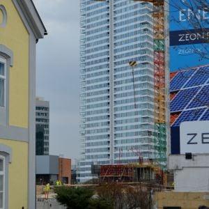 Tento pohľad bude čoskoro zakrytý, keďže I. veža už začína rásť nad úrovňou terénu.