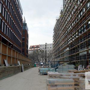 Budúca pešia ulička medzi jednotlivými blokmi Twin City má pomerne veľkorysé rozmery