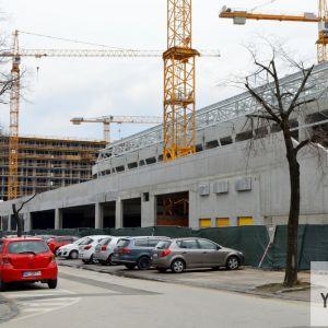 Verejné priestranstvá v okolí štadióna sú v katastrofálnom stave a atakované divokým parkovaím. Bolo by namieste, aby developer zveľadil okolie svojej investície.