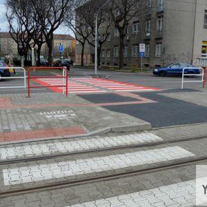 V rámci obnovy mesto zrealizovalo aj nový prechod pre chodcov s prístupom na električkovú zastávku, ktorý je konečne aj bezbariérový.