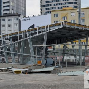 Nový prístrešok pri vchode od Novej tržnice. Mesto samé nezverejnilo žiadne vizualizácie nového výzoru vstupov do podchodu.