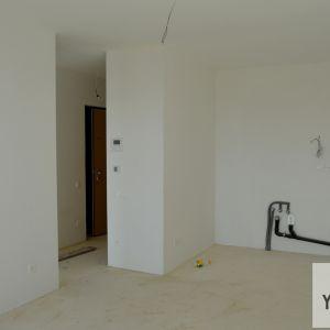 Dvojizbový byt má skvelú dispozíciu, ktorej súčasťou je dostatočne rozmerná obývačka prepojená s kuchyňou, priestorná spálňa a samostatná toaleta.