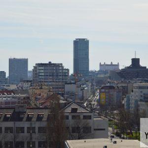 Pohľad k historickému centru mesta so staršími aj novšími dominantami. Novinkou pri tomto pohľade je kancelárska výšková budova Blumentalu.