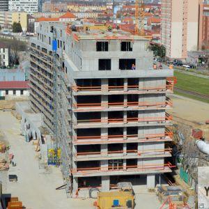 Budova B s glajchou ohlasujúcou ukončenie hrubej stavby.