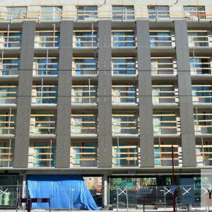 Architekti chceli farebným rozčlenením fasád dosiahnuť mestskejší charakter.