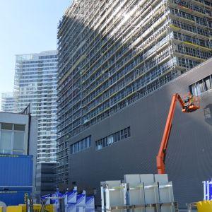 Zadná strana budovy. V budúcnosti, po vybudovaní Panorama Business IV, táto mohutná fasáda zakrytá nebude