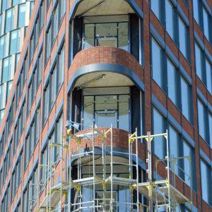 Elegantne zaoblené nárožie veľmi prospieva vzhľadu podnože budovy.