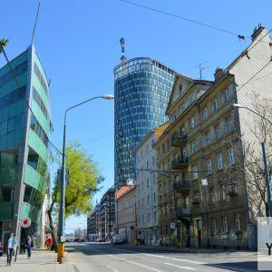 Pohľad z ulice Mlynské nivy. Zrážka mierok a zaujímavý kontrast.