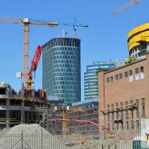 Pohľad z Landererovej cez stavenisko projektu SkyPark. V budúcnosti nebude tento pohľad možný, keďže ho zakryje administratívna budova SkyParku.