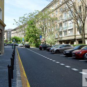 Povraznícka ulica. Chodník vľavo sa rozšíril, čím sa zvýšil komfort chodcov