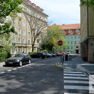 Hoci dlažba nepatrí k najkrajším či najkvalitnejším, úroveň ulice sa zvýšila