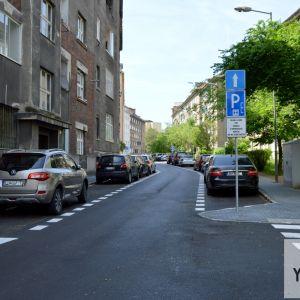 Jasné oddelenie chodcov a parkujúcich áut je základom k vyššej kvalite verejných priestranstiev