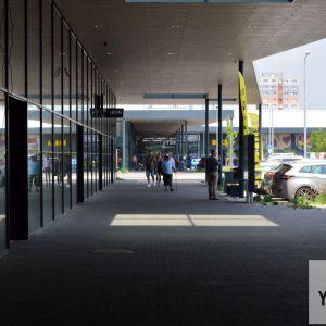 Slnečnice Market - nová časť centra, ktorá ešte čaká na kompletné otvorenie. Vďaka prekrytiu pasáže vznikla okrem tieňa aj asociácia s tradičnými trhoviskami s podlubiami.