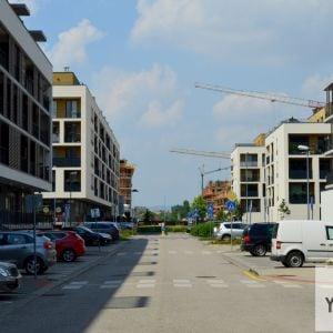 Cez celé Viladomy sa tiahne línia, na ktorú je naviazaná občianska vybavenosť