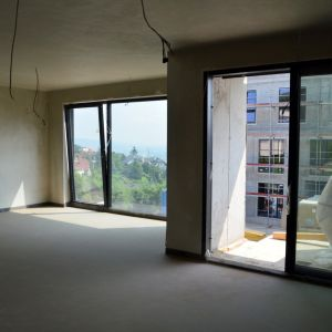 Štvorizbový byt A1.04 s dobrým vizuálnym oddelením jedálenskej a obývacej časti v prepojenej kuchyni a obývačke.