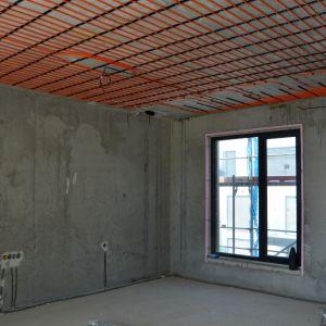 Príprava stropného chladenia v jednom z bytov.
