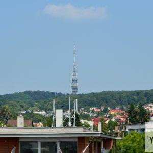 Dobre viditeľný Kamzík, jedna z kľúčových dominánt Bratislavy.