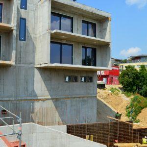 Blok C. Terén ešte bude vyvýšený a upravený, obyvatelia tak budú mať výhľad na zeleň.