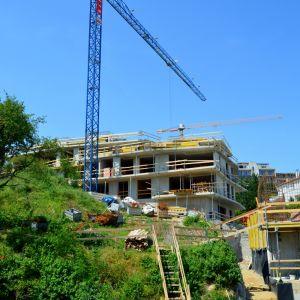Pohľad na dom C z domu A. Svah bude upravený a vznikne tu spoločný priestor s detským ihriskom.