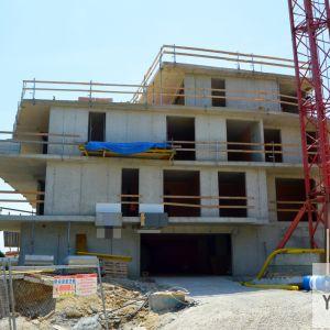 Dom A je v štádiu hrubej stavby.