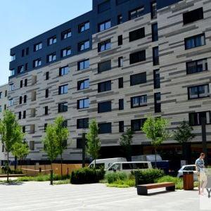 Nové námestie zároveň umožní priečne spojenie s Mýtnou ulicou. Do námestia budú orientované prevádzky v parteri.
