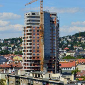 Najhoršie na koniec - výšková budova Première na Šancovej ulici od developera FINEP. Na projekte sa už čoskoro začne realizovať fasáda.