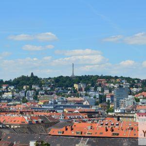 Husto zastavané časti centra a vrch Slavín.