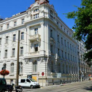 Počas rekonštrukcie zhorela časť pôvodnej strechy, bola však obnovená. Palác je už z exteriéru takmer dokončený a Komenského námestiu dodáva krajší šat.