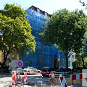 Za lešením je ukrytý kubistický bytový dom na Dobrovičovej ul. 16 z 20-tych rokov 20. storočia. Dom je Národnou kultúrnou pamiatkou. Po rekonštrukcii doplní paletu krásnych a obnovených domov v oblasti okolo atraktívneho Jakubovho námestia.