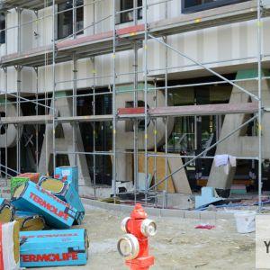 Zaujímavý konštrukčný a architektonický prvok - developer s takouto formou pilierov rád pracuje, čo dokazuje aj pilier v tvare W vo vchode kancelárskej budovy Wallenrod, kde spoločnosť sídli.
