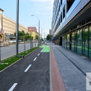Obchodné prevádzky sú orientované do Račianskej ulice, kde vznikla aj obojsmerná cyklotrasa.