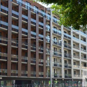 Architekti opticky rozčlenili fasádu, aby potlačili jej monolitický výraz.
