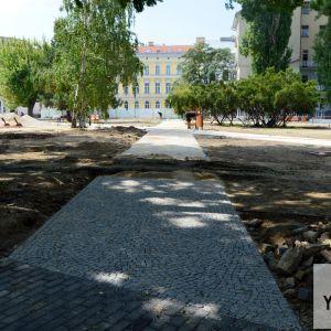 Vďaka novým chodníkom sa snáď už v parku nebudú tvoriť vychodené cestičky v tráve.