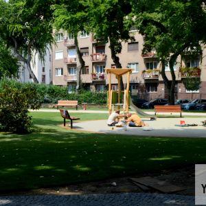 Okolo detského ihriska je už posadený aj trávnik.
