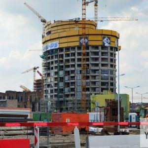 Pohľad od ulice Mlynské nivy, kde vzniká zaujímavý zákryt budov