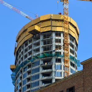 Kontrast industriálnej a modernejj architektúry vo veľmi príťažlivej podobe. V budúcnosti, po dokončení fasády, bude nepochybne ešte zaujímavejší