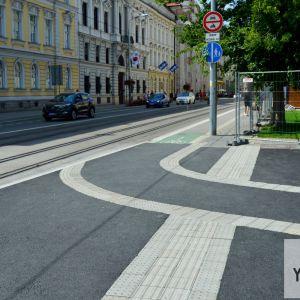 Cyklotrasa zo Šafárikovho námestia plynule nadväzuje na Štúrovu. Nanešťastie sa však nezriadil znížený obrubník, čo by umožňovalo cyklistom prejsť na protiľahlú stranu ulice.