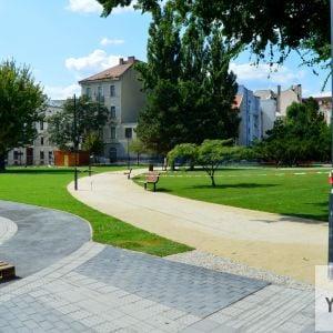 Zatiaľ sa čaká, kým sa zakorení trávový koberec. Po zakorenení bude park otvorený verejnosti.