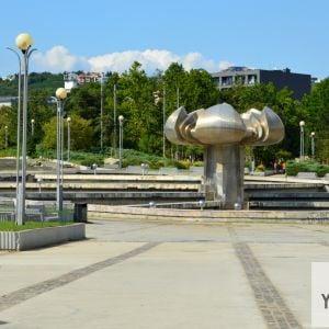 Centrálny priestor Námestia Slobody, dlažba v okolí fontány zatiaľ nebola vymenená.
