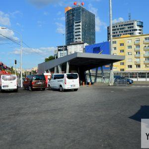 Vstup do podchodu od Centrálnej tržnice. Vznik rozsiahlych asfaltových plôch bez doplnenia aspoň mobilnej zelene bol kritizovaný z viacerých strán.