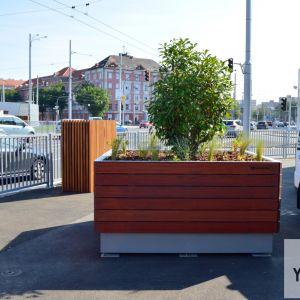 Mesto sa snažilo nedostatok zelene korigovať mobilnými kvetináčmi.